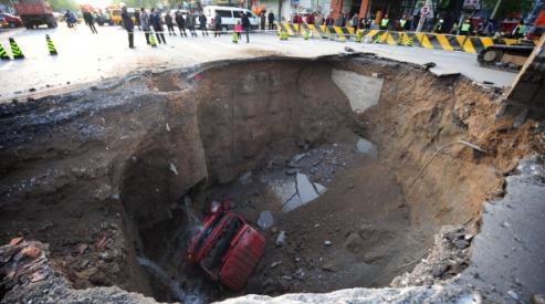 113200420 - В Китае из-за провала на дороге погиб водитель