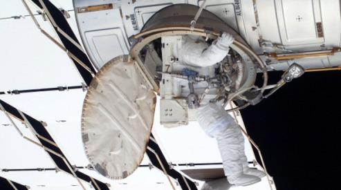 118974653 - Космонавты отработали в открытом космосе 6 часов