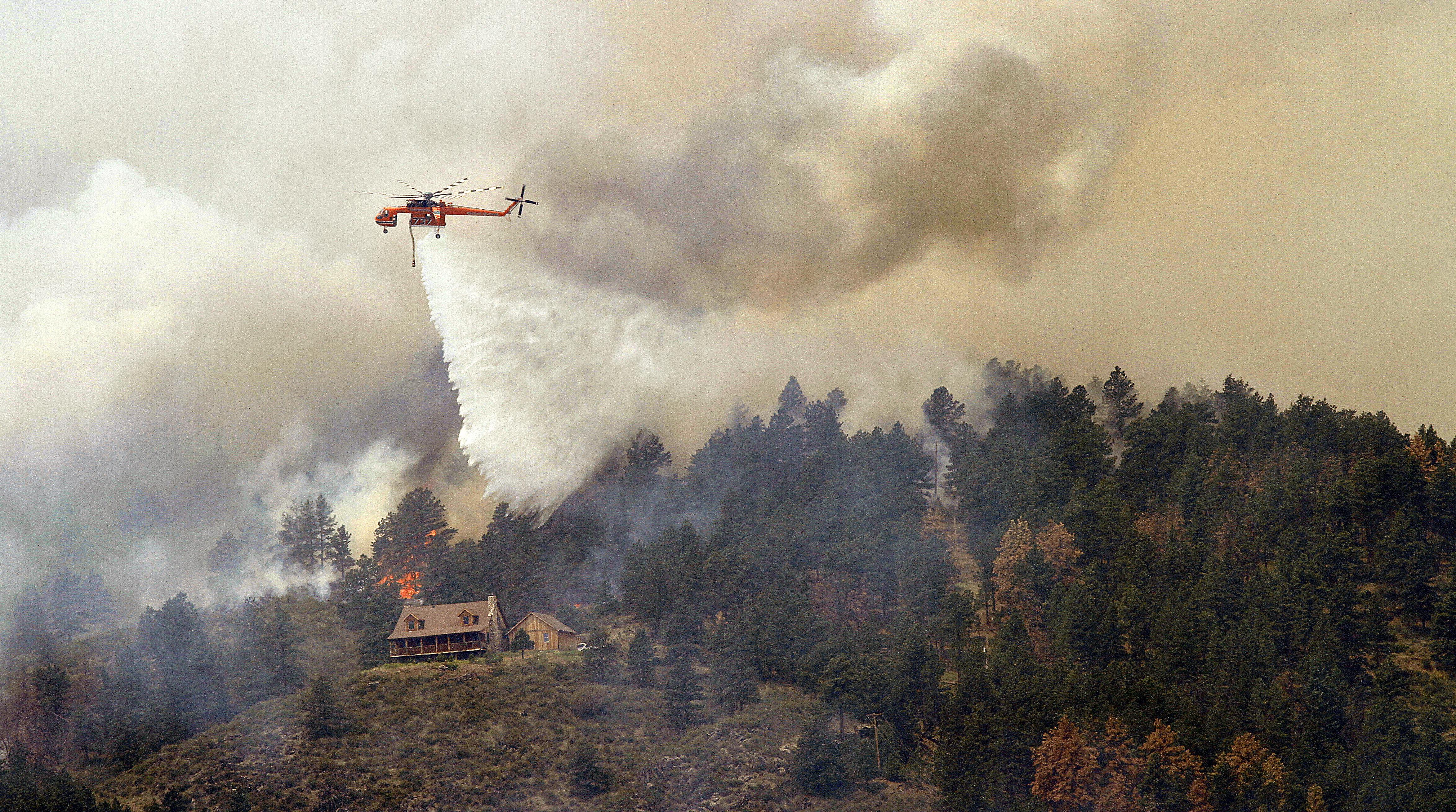 146179469 - В Колорадо лесной пожар перекинулся на жилые дома