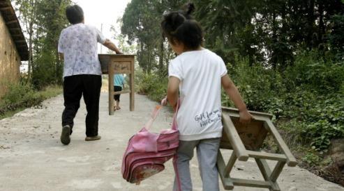 151250165 - Китайские ученики носят в школу свои столы и стулья