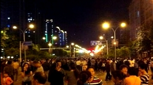 2 2 - На улицы Чунцина выходят 10 000 человек