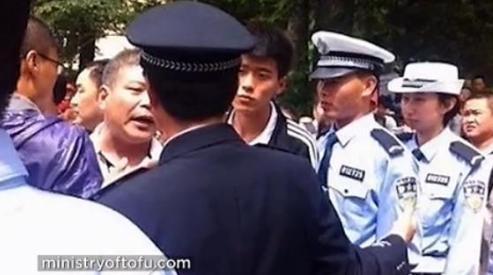 bezymyannyy x - Китайских чиновников не пропустили без очереди