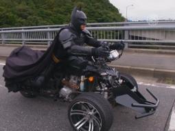 Японский Бэтмен колесит по японскому городу
