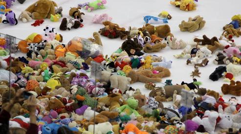 teddy bear toss - Более 2 тысяч игрушек собрали хоккеисты для детей