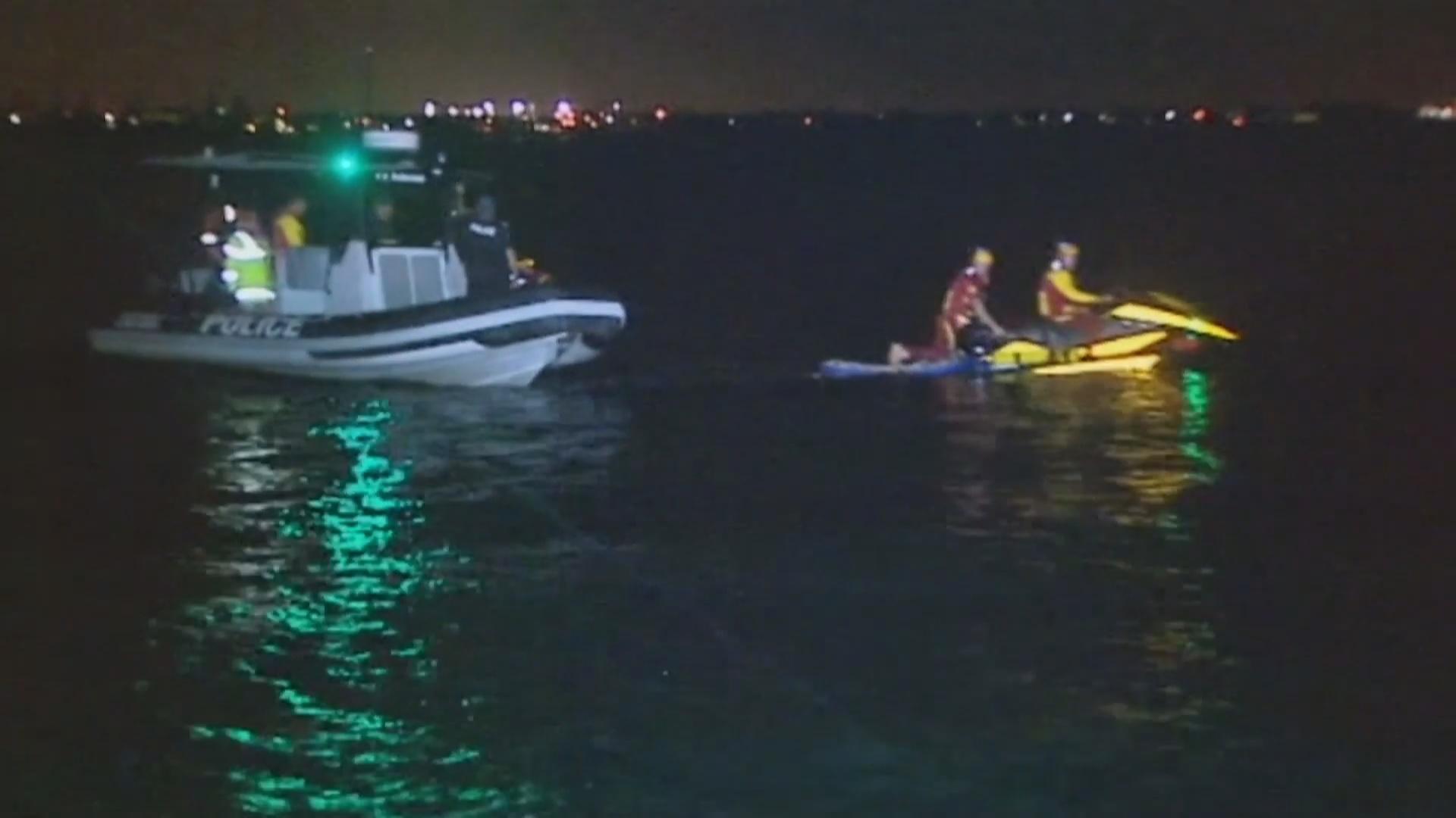 Австралийские спасатели на воде обучаются по ночам