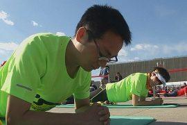 В Пекине чествуют позу планки