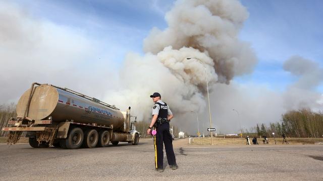Пожар в Канаде подбирается к местам нефтедобычи