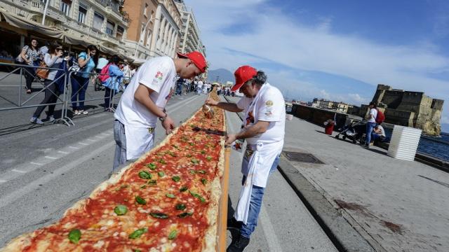 В Неаполе испекли двухкилометровую пиццу