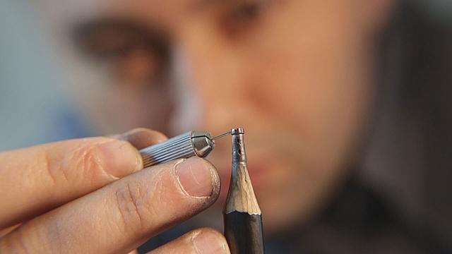 Босниец создает скульптуры на кончике карандаша