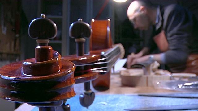 Итальянцам нравится делать скрипки ручной работы