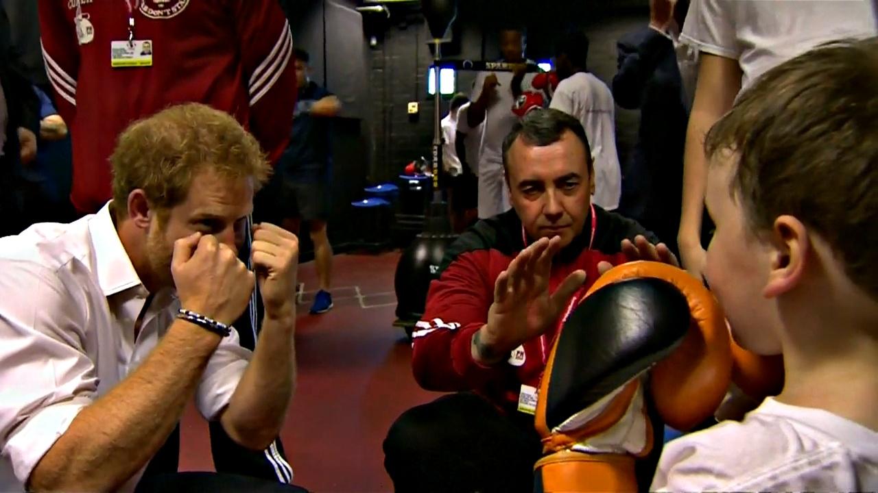 Принц Гарри помогает молодёжи при помощи бокса