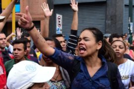 В Венесуэле покупатели дерутся у супермаркетов