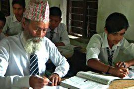 Самому старому школьнику Непала – 68 лет