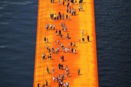 Инсталляция на озере предлагает «походить по воде»