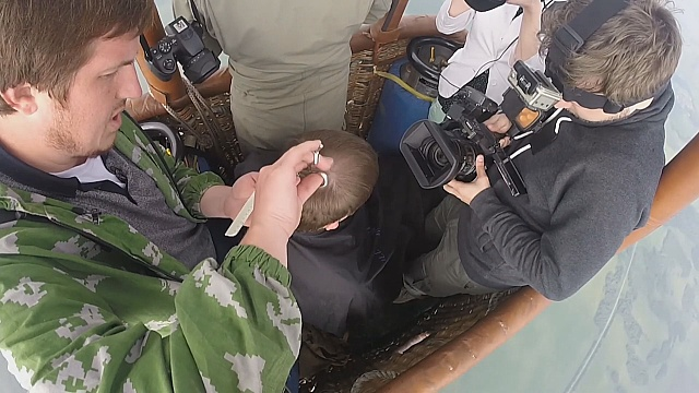Уральский парикмахер стрижёт на воздушном шаре
