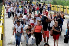 Тысячи венесуэльцев скупают продукты в Колумбии