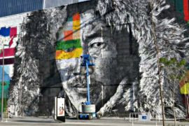 Бразилец пишет гигантские граффити к Олимпиаде в Рио