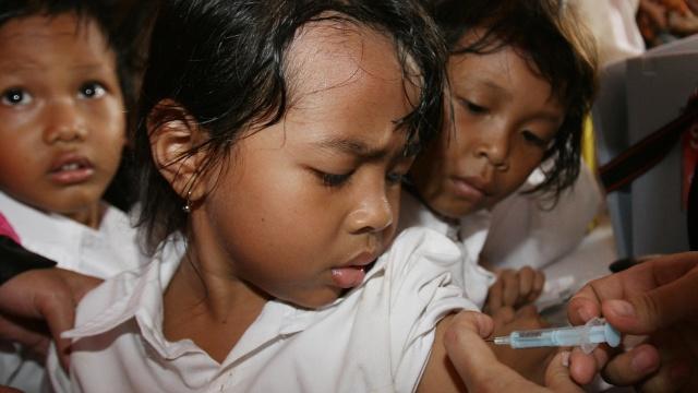 Повторную вакцинацию детей начали в Индонезии