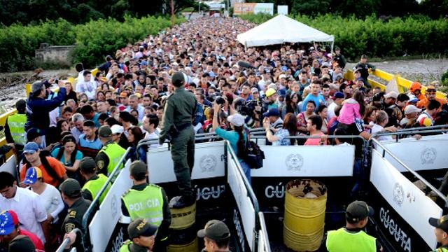 Венесуэльцы снова штурмуют границу с Колумбией