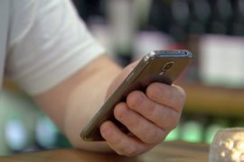 Зачем в британском баре блокируют мобильные телефоны?