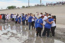 Разделённые мексиканские семьи встретились на границе