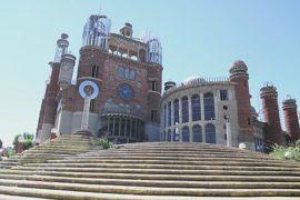 Испанец 50 лет строит огромный собор почти в одиночку