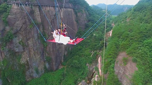 Китайцы поженились подвешенными под стеклянным мостом