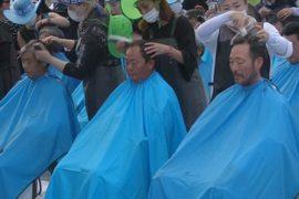 Южнокорейцы бреют головы в знак протеста