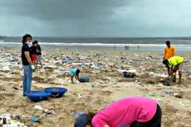 На пляже в Мумбаи собрали 2,5 тонны мусора