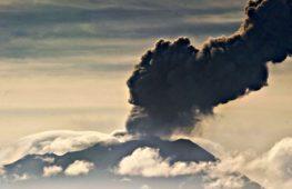 Активный вулкан Убинас мониторят с помощью дрона
