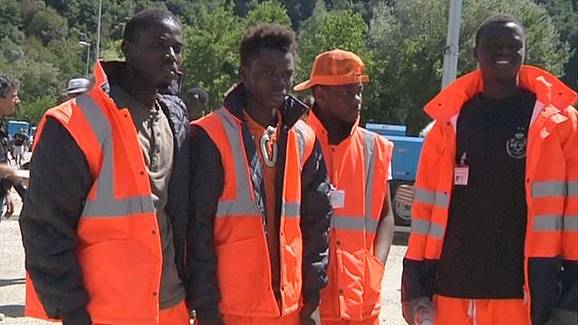 Мигранты помогают пострадавшим от землетрясения в Италии