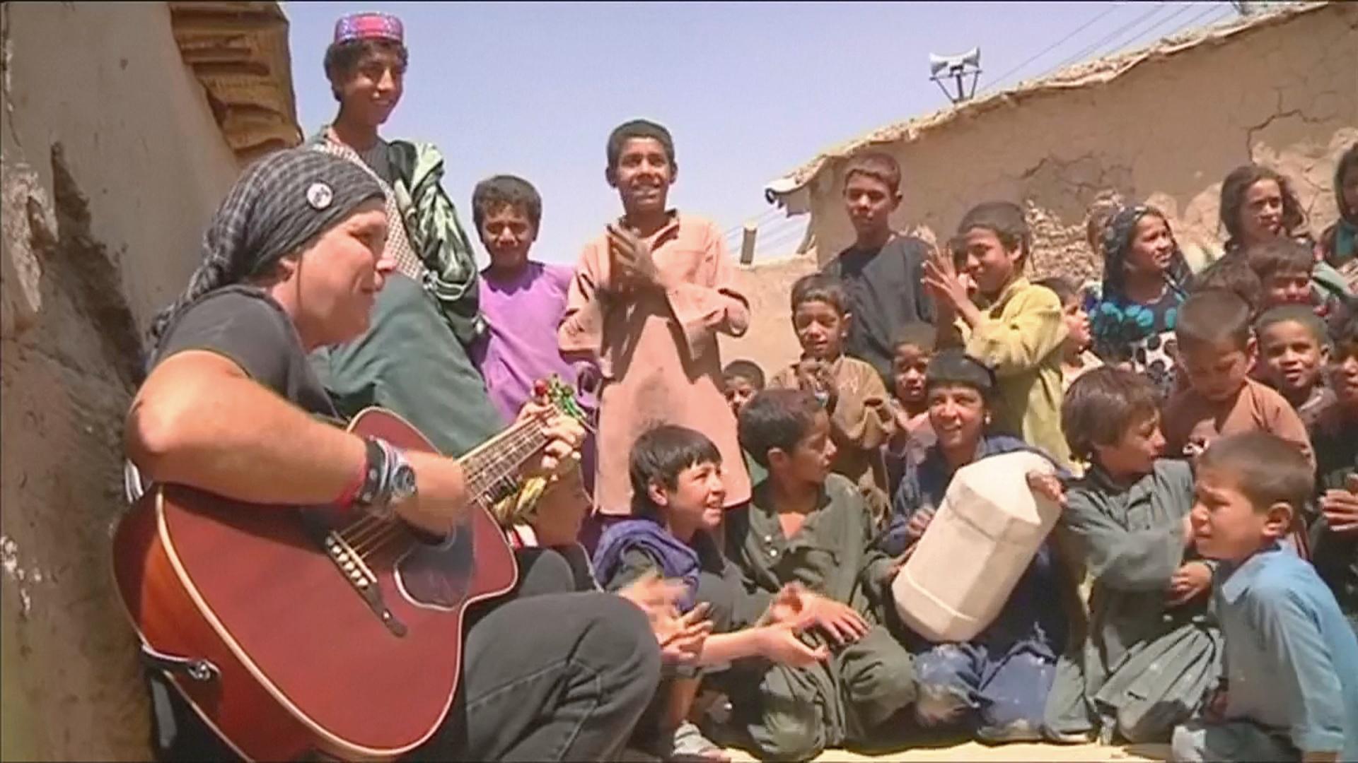 Американский рок-музыкант учит афганских детей