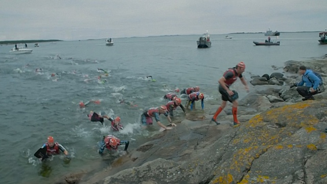 В Швеции состязались в беге и плавании между островами