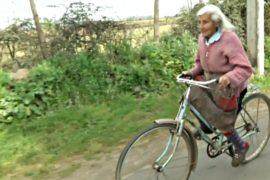 90-летняя фермер ездит по 30 км в день на велосипеде