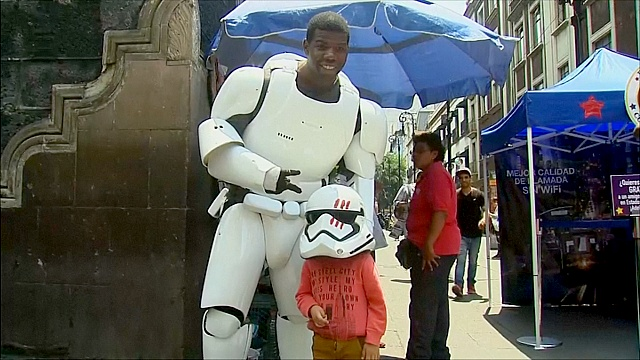 Двойник Финна из «Звёздных войн» гуляет по Мехико