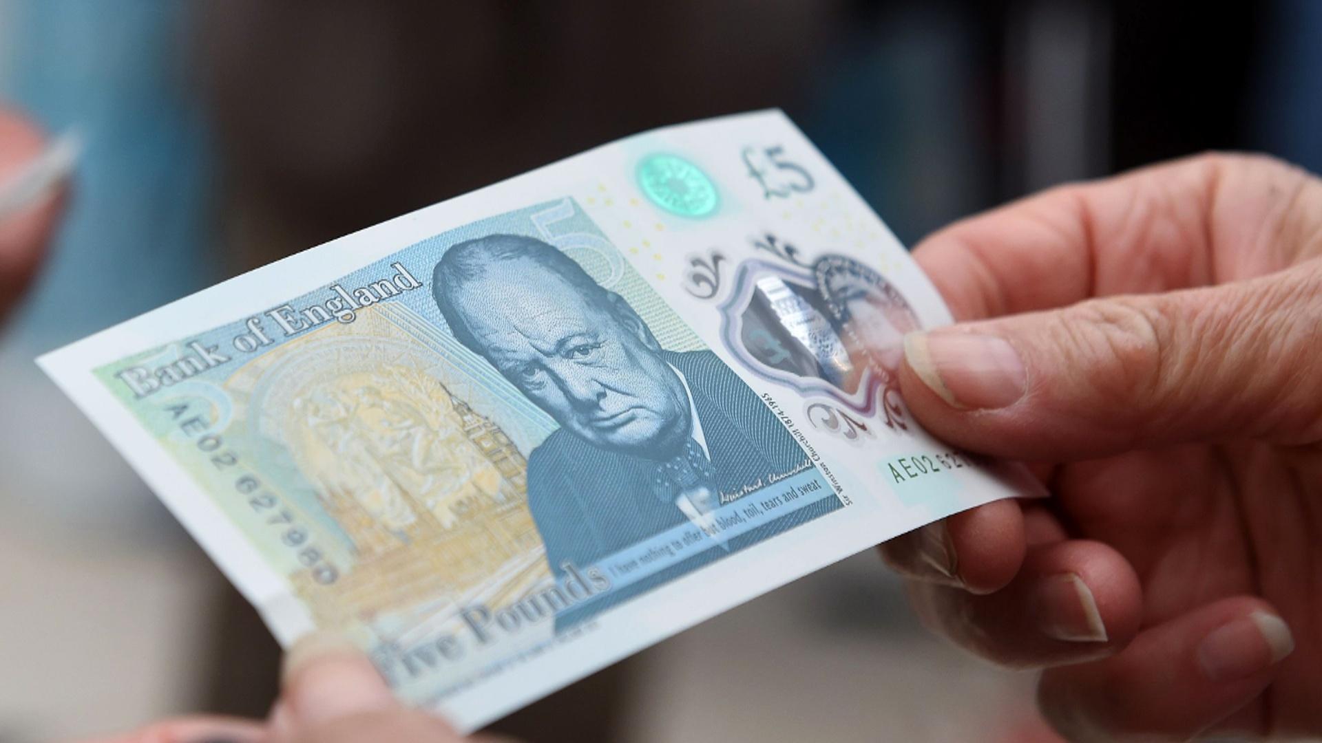 Банк Англии выпустил в обращение первую пластиковую банкноту