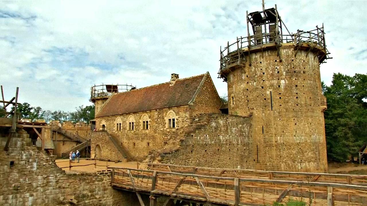 Во Франции строят замок средневековыми методами