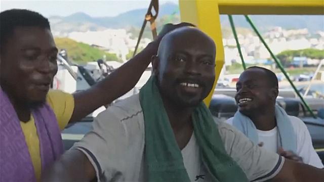 Спасённые в море мигранты от радости поют и танцуют