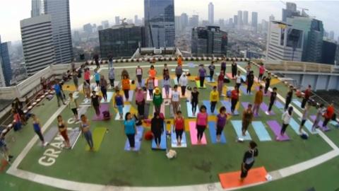 Индонезия: йога на крыше небоскрёба
