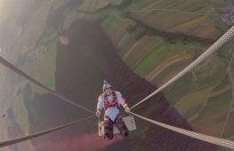 Скайдайверы покатались на гигантских качелях
