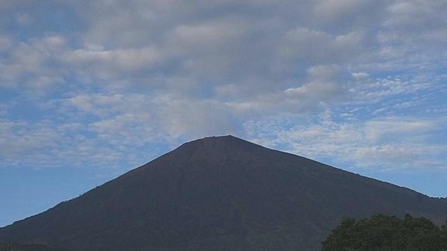 Индонезия: сотни туристов спасены с извергающегося вулкана