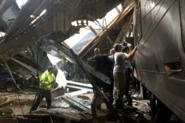 Нью-Джерси: поезд протаранил платформу в час пик