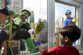 Супергерои-мойщики окон развлекают больных детей