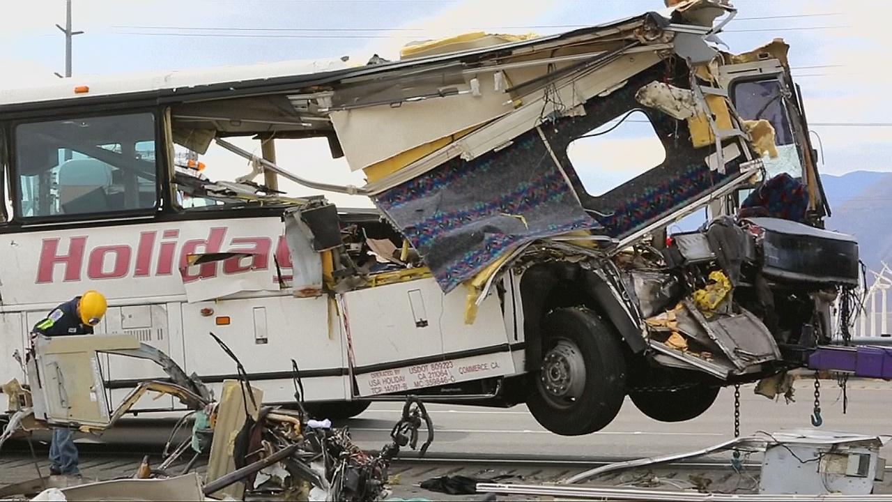 Автобус врезался в грузовик в Калифорнии: 13 погибших