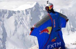 Россиянин совершил бейс-прыжок с высоты 7700 м