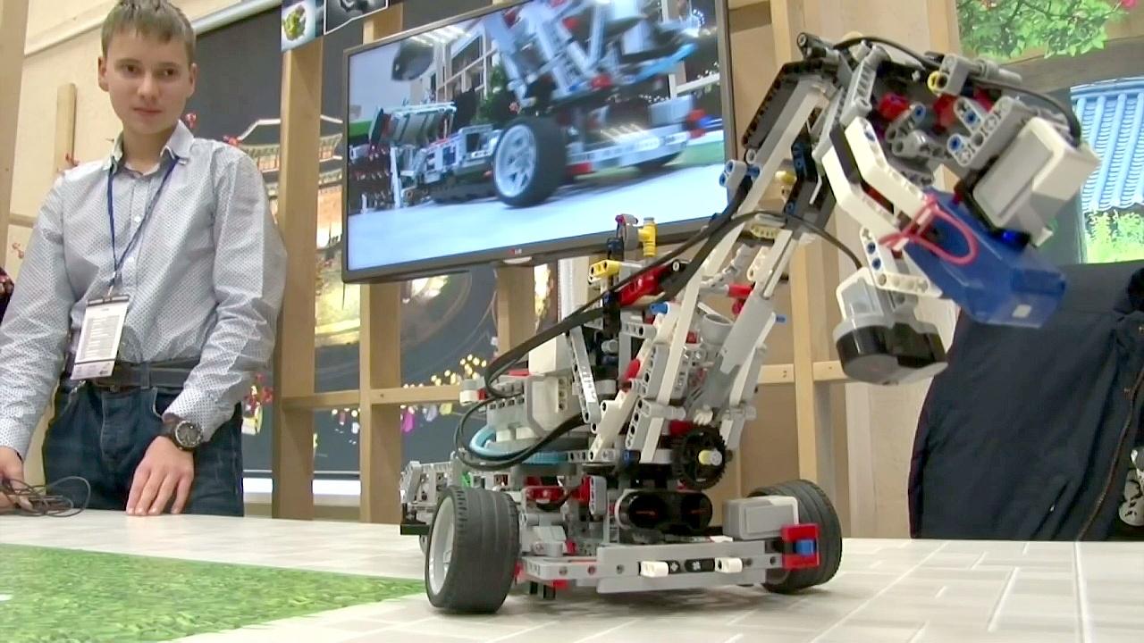 Юные белорусы сделали LEGO-робота, собирающего отходы