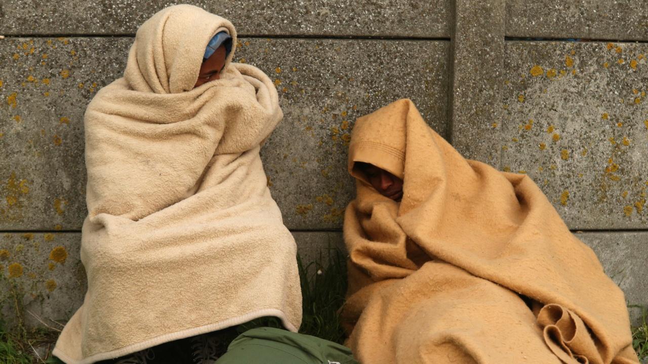 Активисты: несовершеннолетние беженцы спят на улице