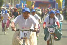 Чолиты в юбках участвовали в велогонке