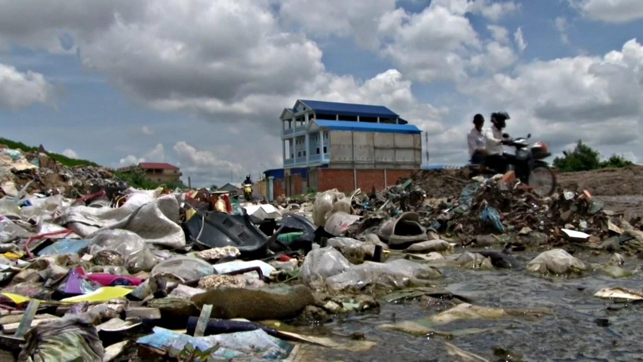 Камбоджу пытаются избавить от моря пластиковых отходов