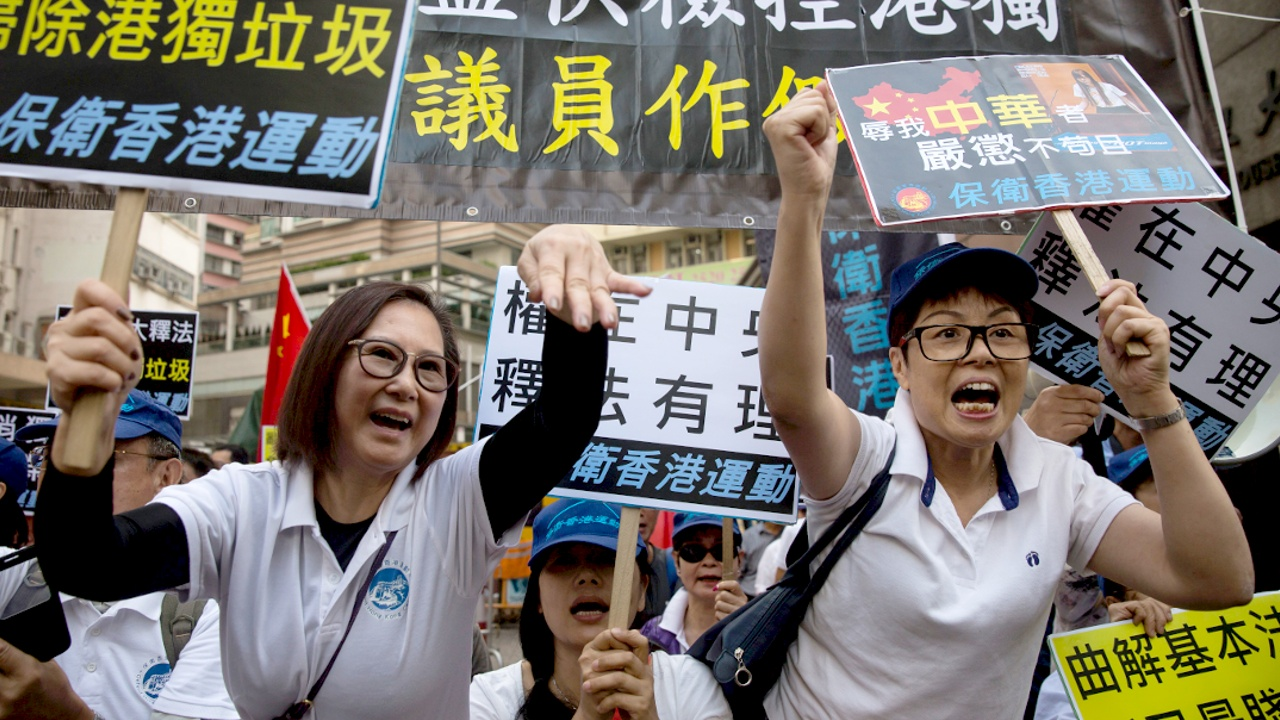Протесты в Гонконге: Пекин отстранил двух депутатов